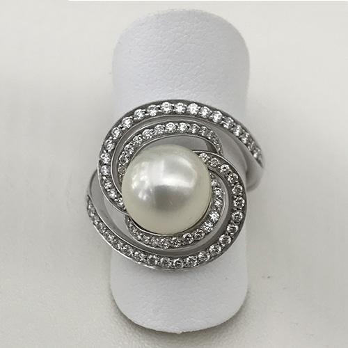 Anello con perla e brillanti in oro bianco